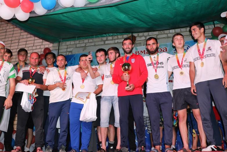 Участники абхазо-абазинских игр после церемонии награждения. У многих на глазах слезы.