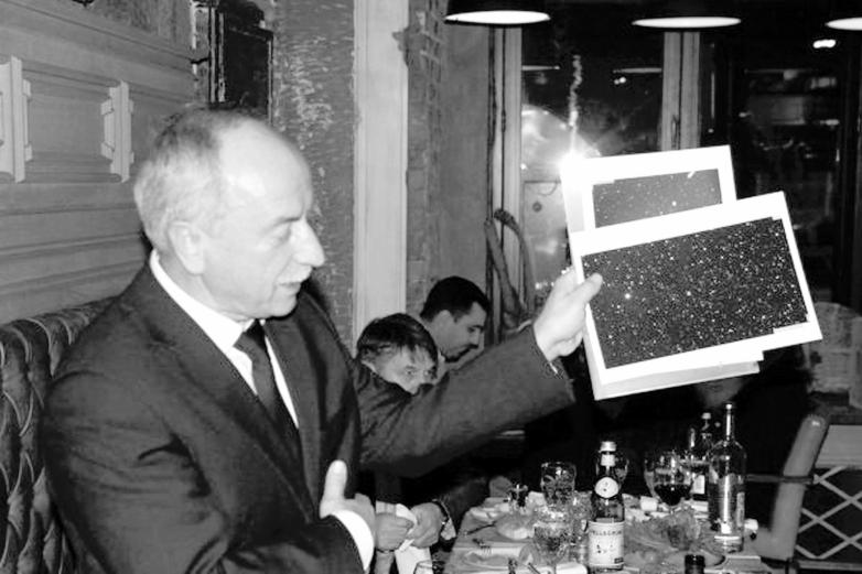 Директор Специальной астрофизической обсерватории Российской Академии наук Юрий Балега показывает Звезду Юрия Агирбова