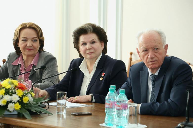 Юрий Агирбов в президиуме с летчиком-космонавтом Валентиной Терешковой