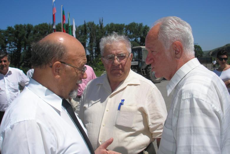 На фото слева направо: заслуженный работник культуры России Владимир Курчев, заслуженный врач России Алексей Хуранов и Юрий Агирбов