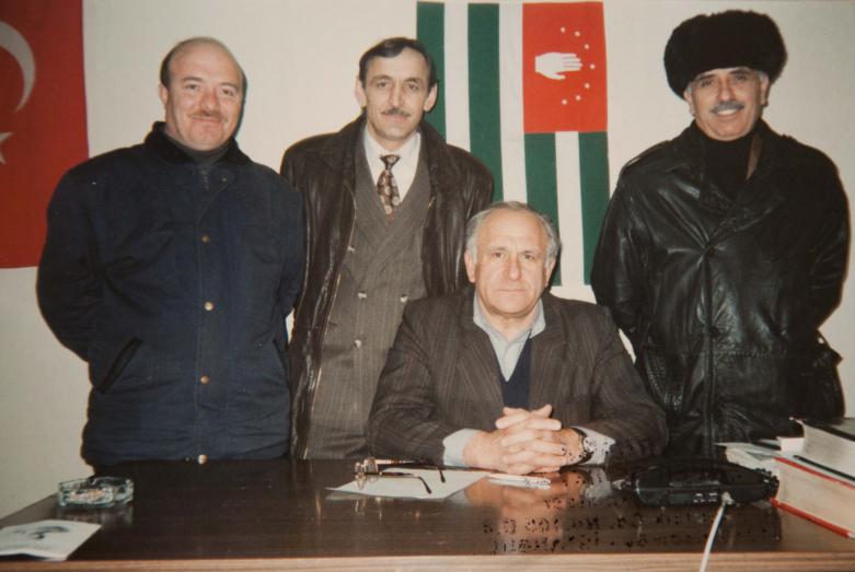 Soldan sağa fotoğraftakiler: Oktay Çkotua, Givi Dopua, Vladimir Ayüzba, Mecdi Açkuania. İstanbul, Abhazya Türkiye Temsiciliği, 11 Mart 1998 yılı