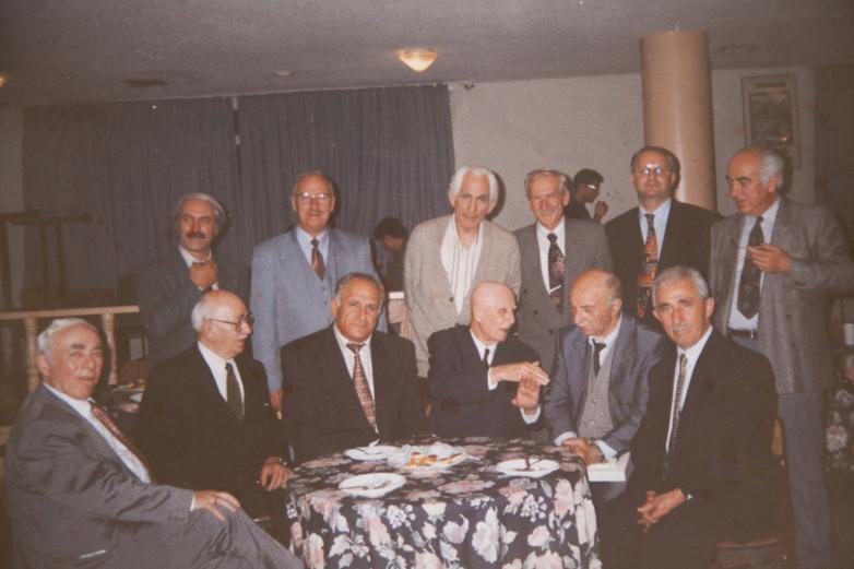 Сидят слева направо: Хакы Ажиба, Енвер Авидзба, Владимир Авидзба, Омар Беигуаа, Сабри Ажиба, Муамер Лакрба; Стоят слева направо: Реджеп Агрба, неизвестный, Джемалеттин Ардзинба, Талат Дармба, Джихан Цейба, Иашар Кация