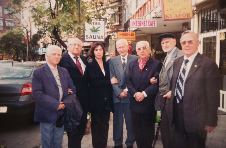 На фото слева направо: Кадыр Ардзинба, Владимир Авидзба, сестра погибшего героя Абхазии Ефкана Цыба, Талат Дармба, Джевдет Ашымхуаа, Ашуба Рехми, Экба