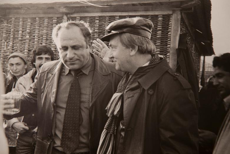 Vladimir Ayüzba ve Andrey Voznesenskiy, Lıhnaşta. Fotoğrafçı Ketsba