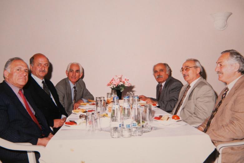 Komite genel toplantısı. Fotoğraftakiler: Vladimir Ayüzba, bilinmiyor, Cemalettin Ardzınba, Rahmi Tuna (Mahinur Papba'nın eşi) ve diasporanın aktif isimleri.