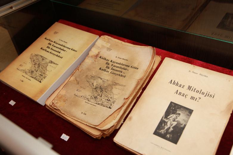 Книги Омара Бейгуаа, фрагмент экспозиции Музея истории зарубежных абхазов имени Омара Бейгуаа