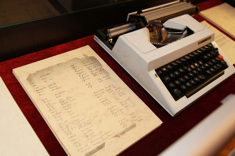 Рукописи и печатная машинка Омара Бейгуаа, фрагмент экспозиции Музея истории зарубежных абхазов имени Омара Бейгуаа