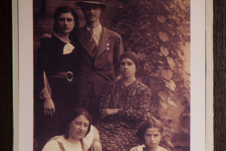 Омар Бейгуаа с родными, фрагмент экспозиции Музея истории зарубежных абхазов имени Омара Бейгуаа