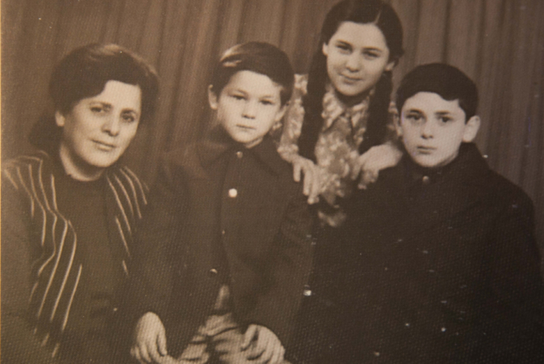 Супруга Бориса Адлейба - Людмила Лабахуа с детьми Мананой, Астамуром и Тимуром