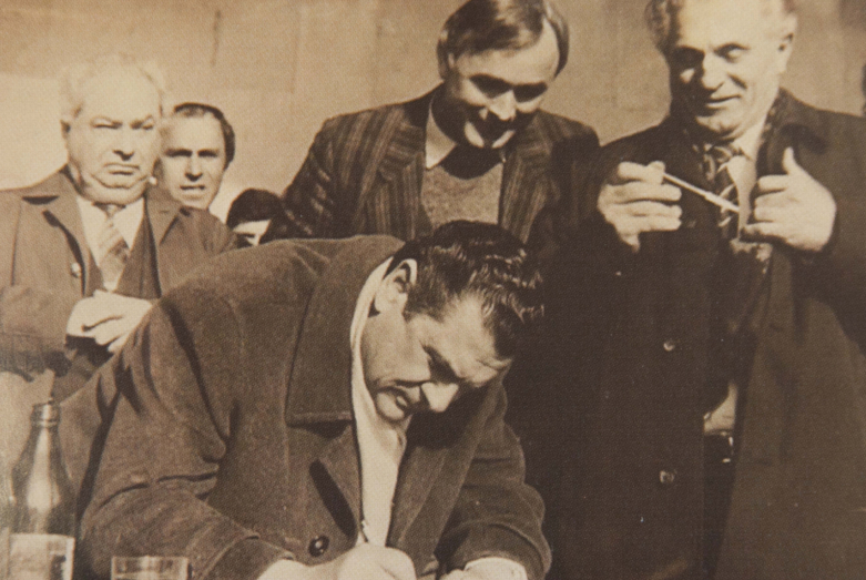 Борис Адлейба подписывает Лыхненское обращение, 18 марта 1989 года
