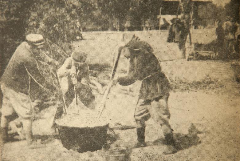 Приготовление мамалыги для свадебного застолья, 1947 год