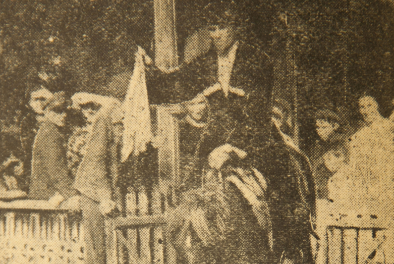 Вестник свиты жениха спускается верхом по лестнице, держа в руке часть приданого невесты, село Тамыш, 1947 год