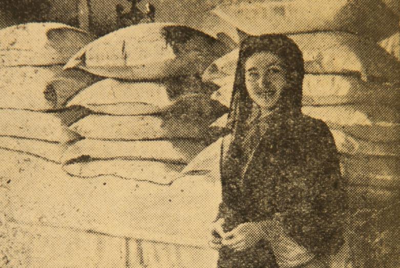 Молодая жена в доме мужа, рядом полученные ею в приданое постельные принадлежности, село Дурипш, 1946 год