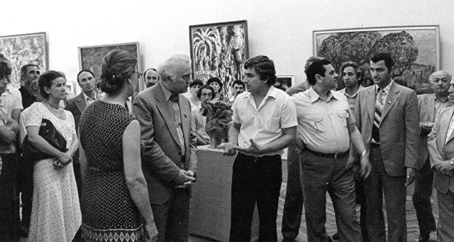 Общая выставка абхазских художников в ЦВЗ, на фото слева направо: Марина Эшба спиной, Эдуард Шеварднадзе, Валерий Гамгиа, 1983 год