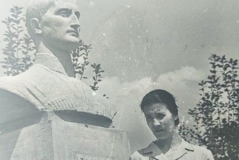 Марина Эшба у памятника отцу Ефрему Эшба, Агубедиа, 1967 год