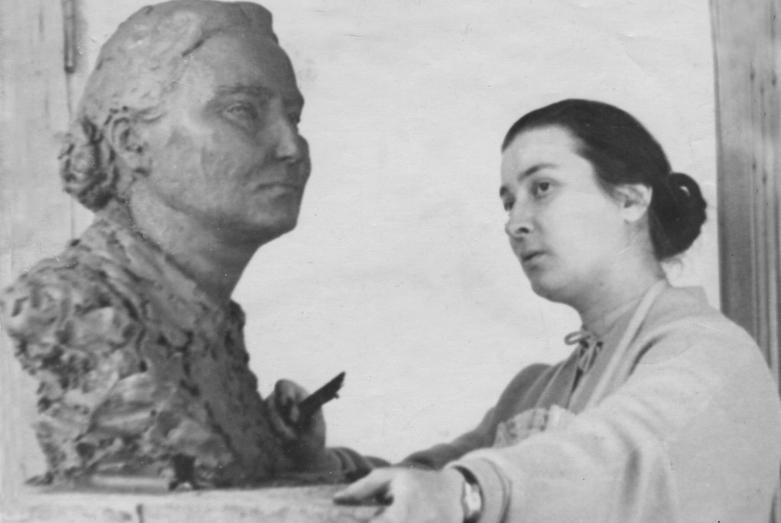 Марина Эшба за работой над бюстом Мери Авидзба, конец 1950-х годов (в 1959 работа завершена)