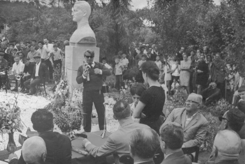 Марина Эшба спиной на торжественном открытии памятника Ефрема Эшба в его родном селе Агубедиа, 1967 год