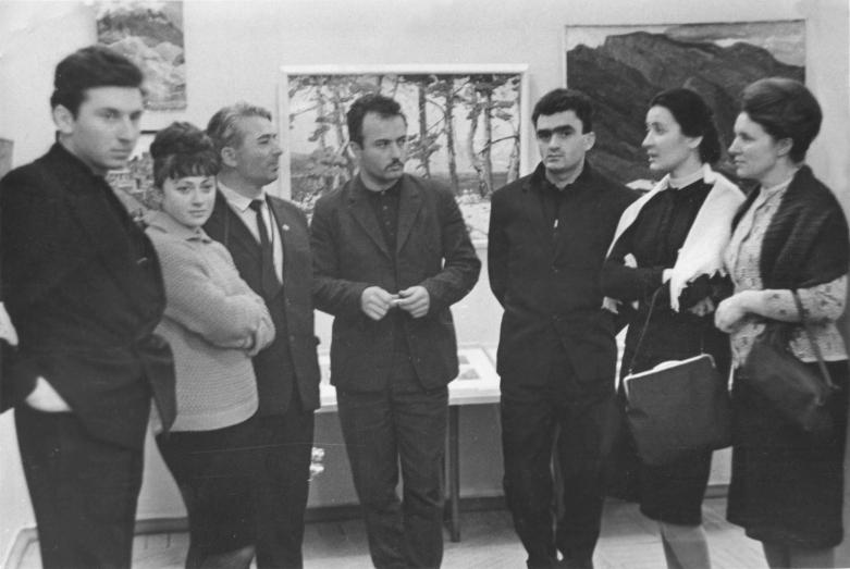 На фото слева направо: супруги Денисовы, журналист и художник Илья Шенгелая, скульпторы Юрий Чкадуа и Виктор Иванба, Марина Эшба и Вера Акимушкина