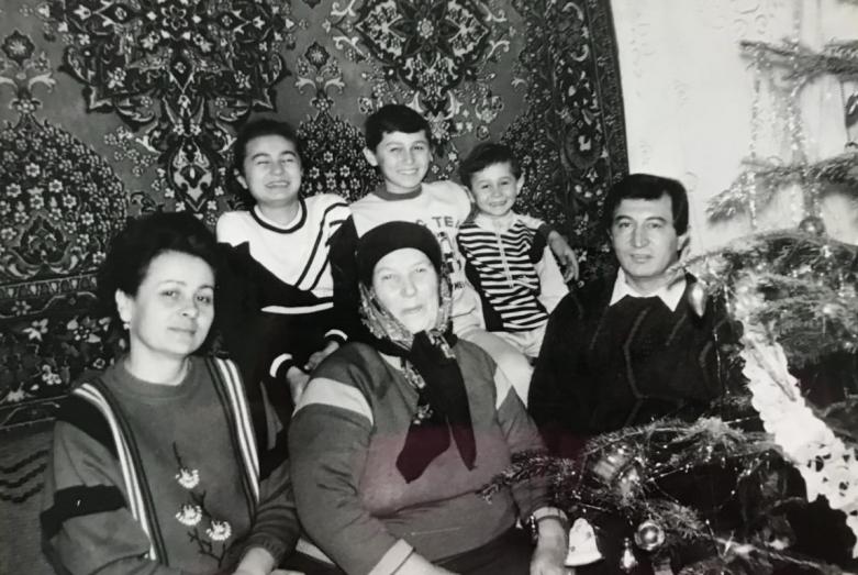 Мухарби Татаршаов с матерью и семьей