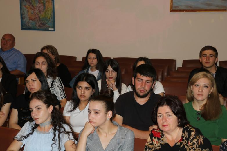 Abhazya'nın olağanüstü politikacısı Sergey Bagapş'ın hakkında basılan kitap Çerkessk'te tanıtıldı