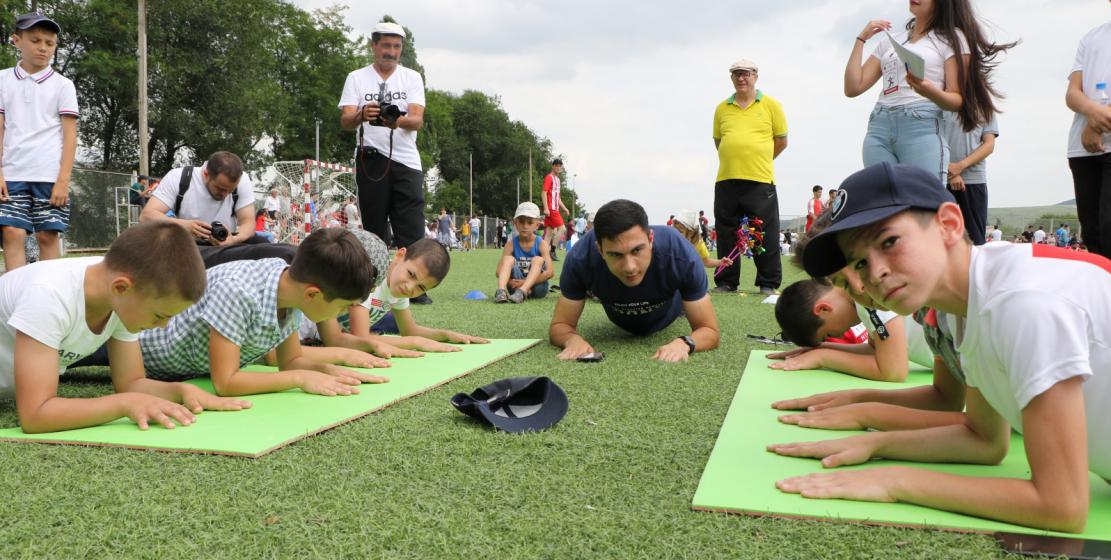 В играх народа Абаза приняли участие и совсем юные спортсмены. На детская разминка