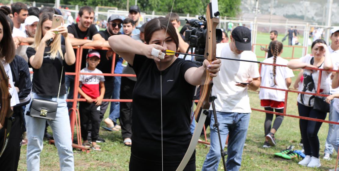 У девушек была возможность показать свои навыки в стрельбе по мишеням из арбалета