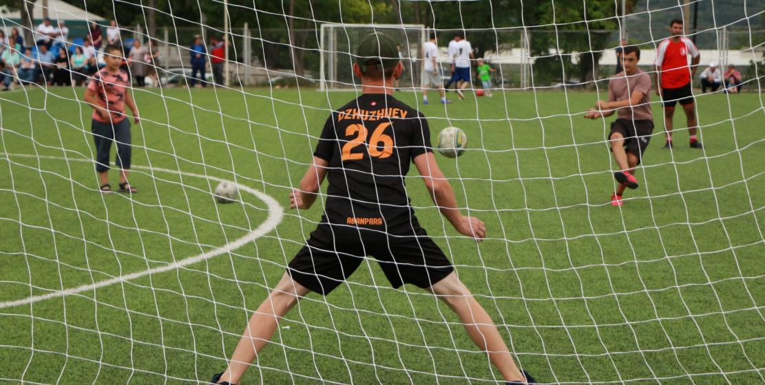 Футболист защищает свои ворота от соперников. Подготовка перед игрой
