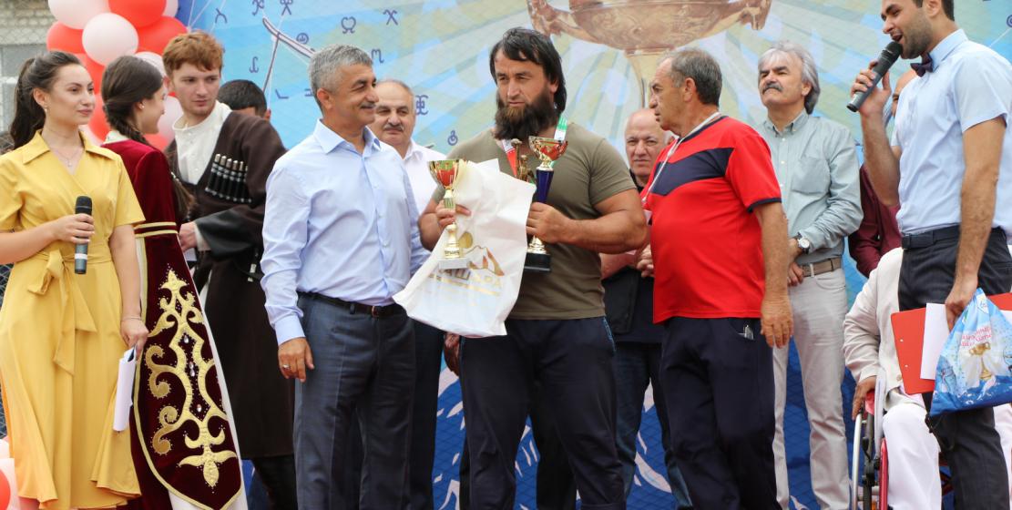 Председатель Высшего Совета ВААК, президент объединения «Алашара» Мусса Экзеков награждает победителей