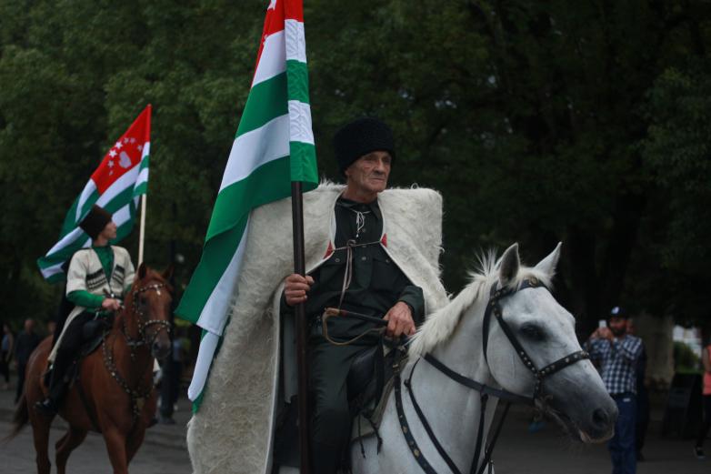 День государственного Флага Абхазии во вторник 23 июля отметили массовыми народными гуляниями в центре Сухума