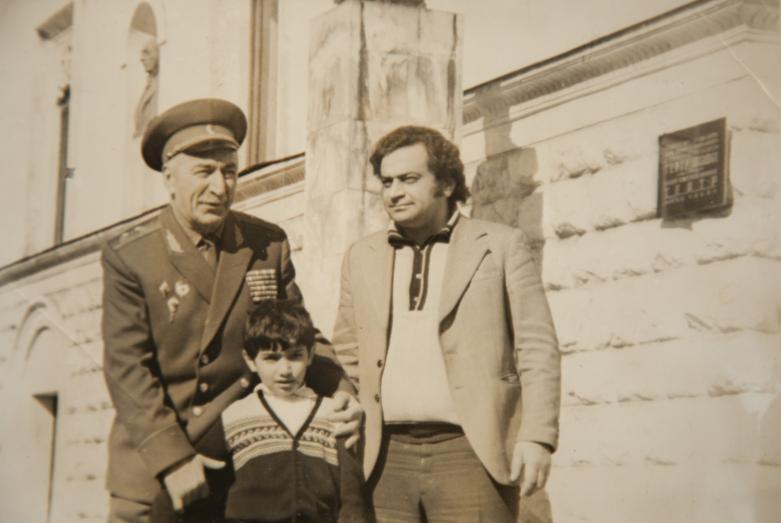Геннадий Аламиа с генералом Х.Л. Харазия и сыном Дауром, Сухум