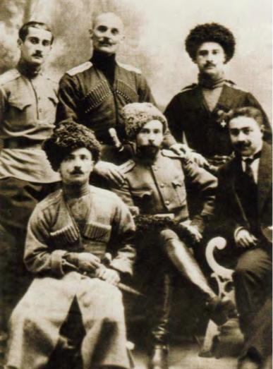 Абхазский дворянин, командир Ингушского полка полковник Георгий Мерчул (сидит в центре)