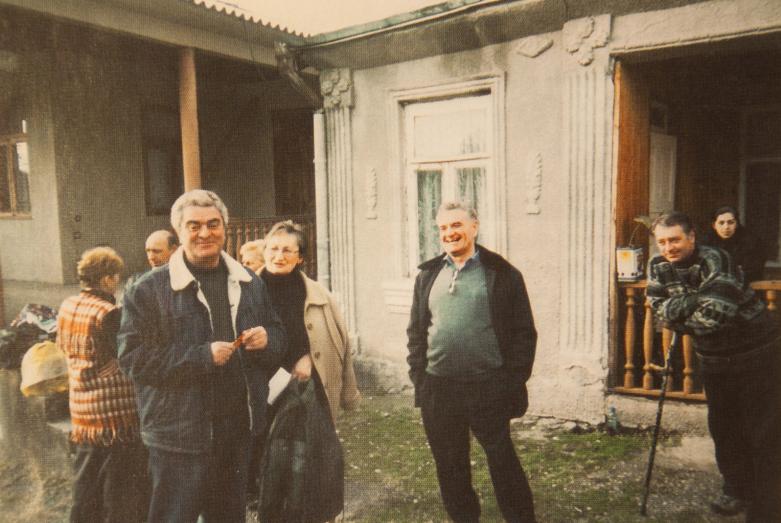 На фото слева направо: Лев Шамба (двоюродный брат Тараса), Бэлла Бения (двоюродная сестра Тараса Шамба), Тарас Шамба, Леван Шамба, родовое гнездо Шамба в селе Абгархук