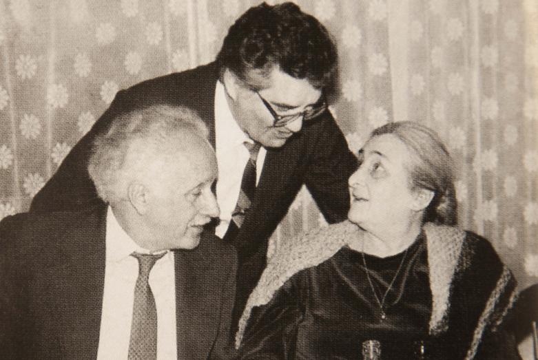 Тарас Шамба (в середине) и Елизавета Ефремовна Эшба ⎯ старшая дочь основателя Абхазской советской государственности Ефрема Эшба с супругом Абреком Абрамян