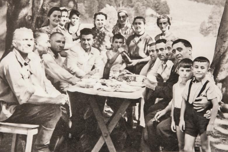 На фото: третий слева - Мирон Шамба, второй справа - его сын, Сергей, Ауадхара