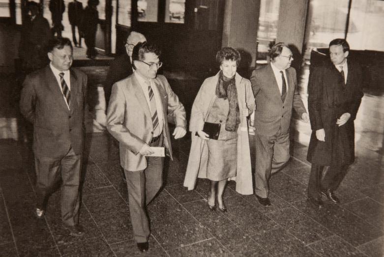 Визит Раисы Горбачевой в Академию общественных наук при ЦК КПСС, второй слева - Тарас Шамба, второй справа - Рудольф Яновский, 1989 год