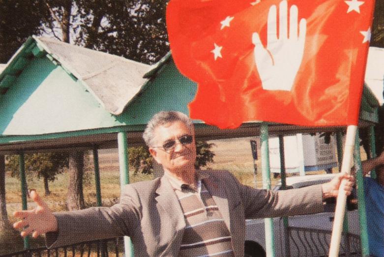Тарас Шамба с абазинским флагом в руке