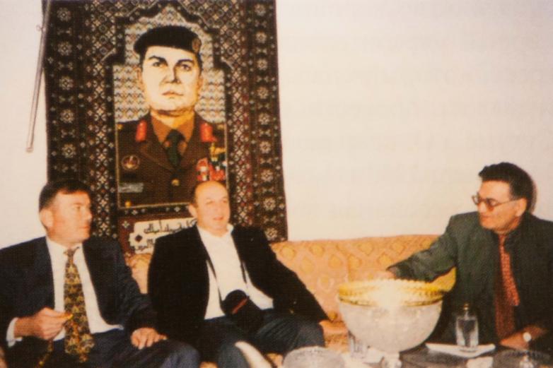 Денис Чачхалия и Тарас Шамба в гостях у дважды героя Иордании, генерала Ахмеда Аллаудина Арслана (крайний слева) на фоне вытканного ковра с портретом хозяина. 1994 год
