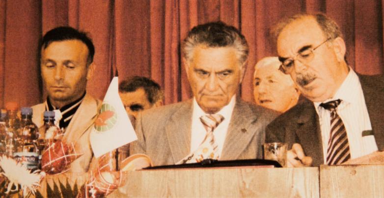 Слева направо: председатель Национального собрания абазинского народа «Адгылара» Уали Евгамуков, президент МАААН Тарас Шамба, президент Кавказской диаспоры в Турции Агача Мухиддин на заседании Исполкома Международной Черкесской ассоциации (МЧА), Турция, 2005 год