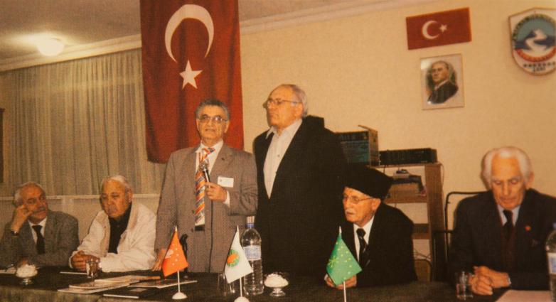 Встреча с представителями абхазской диаспоры Турции в Абхазском культурном центре Стамбула. На фото слева направо: член Исполкома МАААН Ерол Агрба, член Исполкома МАААН, депутат Сирийского парламента, председатель «Адыга хасэ» в Дамаске Шараф Абаза (Маршан), президента МАААН Тарас Шамба, представитель Абхазии в Турции Владимир Авидзба, соотечественник из Иордании Яхья Чичба, Джамалеттин Юмит (Ардзинба), Турция, 2006 год