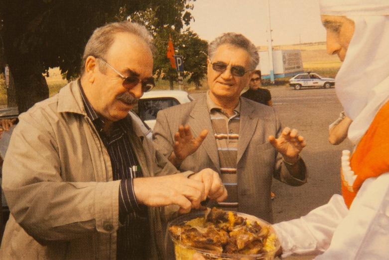 Редактор журнала «Нарт» Мухиддин Агача и Тарас Шамба на границе Карачаево-Черкессии