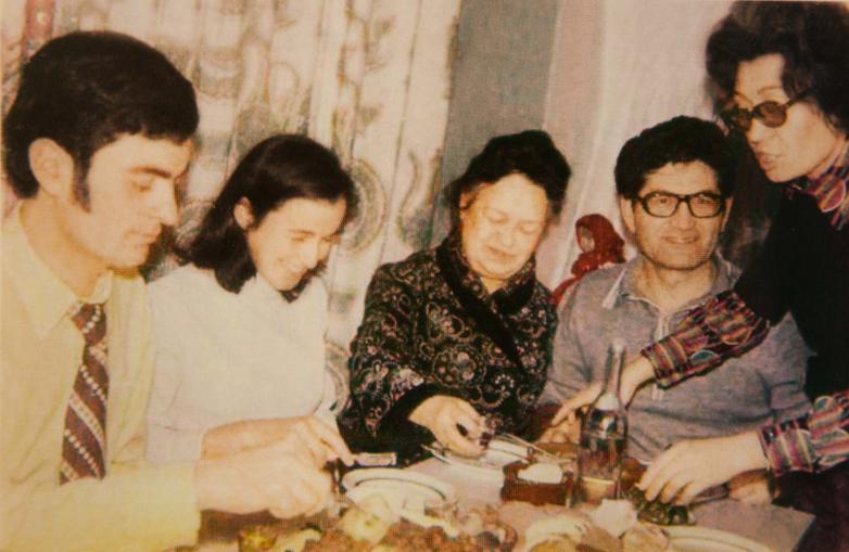 На фото слева направо: Лев Шамба с супругой Изольдой, теща Тараса Шамба - Хана Мусаевна, Тарас Шамба с супругой Нелли, Сухум, 1967 год