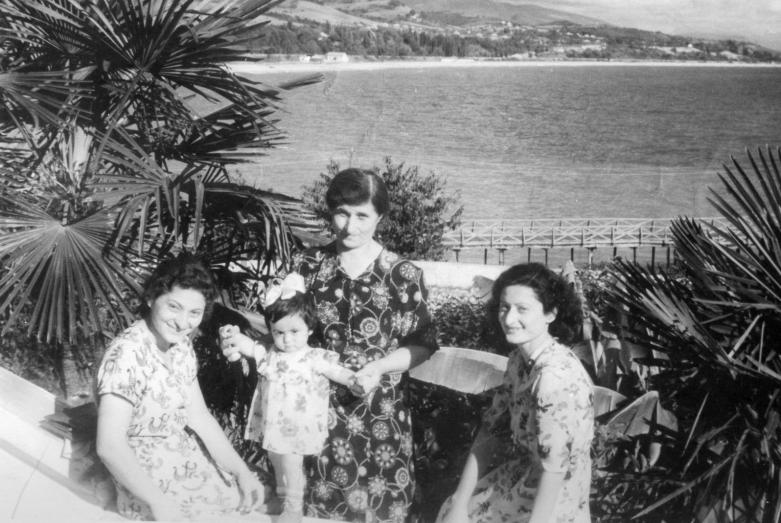 Детство в Гудауте, 1955 год. На фото: мама, бабушка и тетя с маленькой Армидой