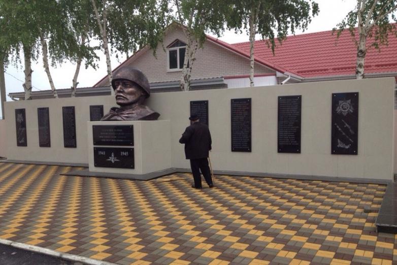 Памятник воинам, погибшим в ВОВ, в абазинском ауле Кубина в Карачаево-Черкесии