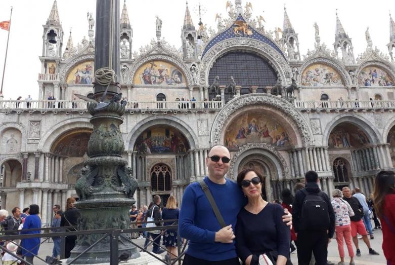 Армида Чагова со старшим сыном Демисом Поландовым. Венеция, Италия, 2018 год