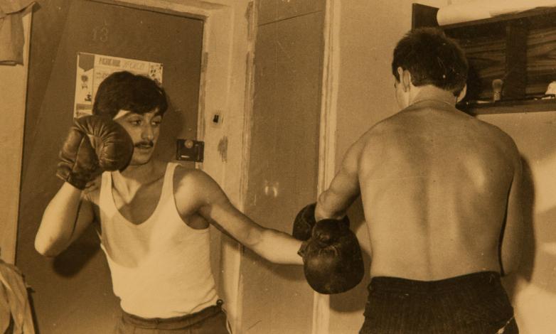 Мусса Экзеков во время тренировки по боксу в студенческом общежитии