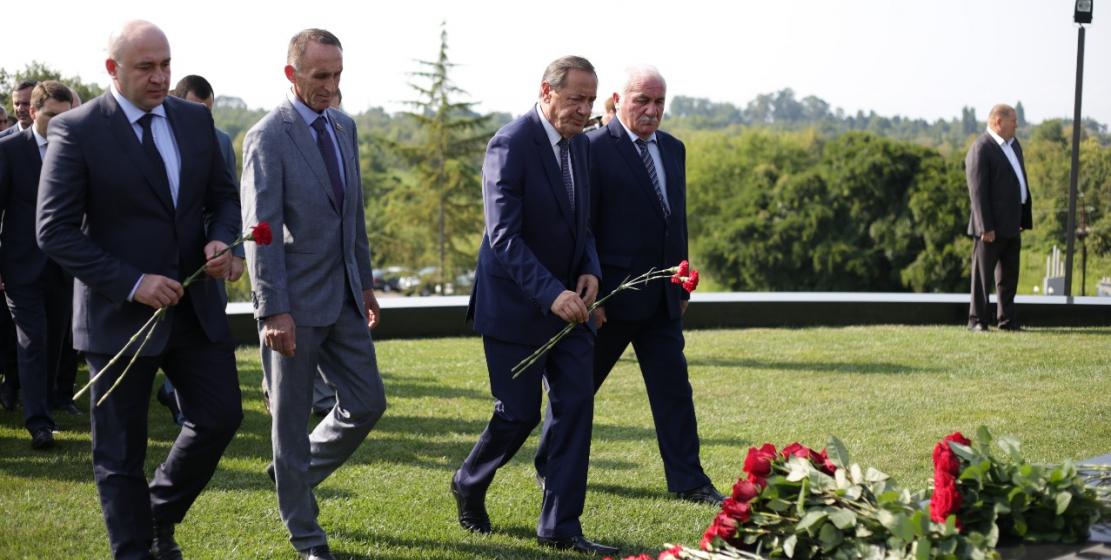 В день празднования независимости Абхазии жители и гости республики почтили память первого президента Республики Абхазия Владислава Ардзинба.