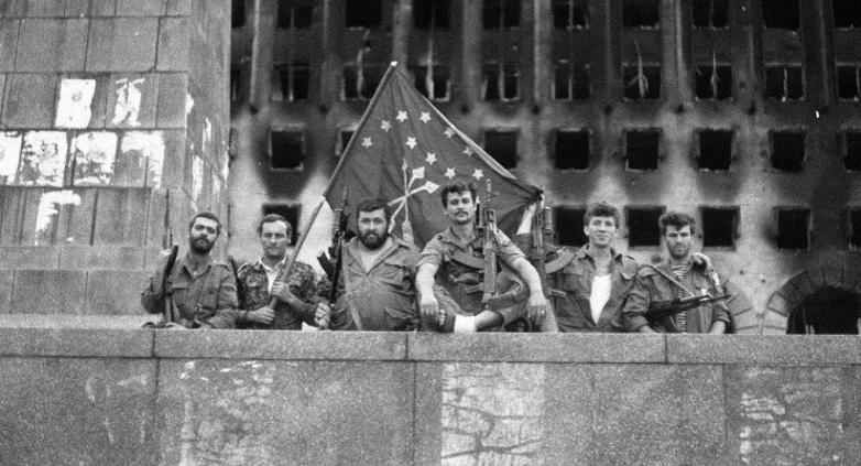 Добровольцы у здания Парламента Абхазии