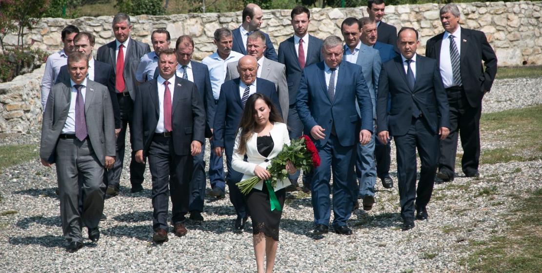 В день признания независимости Абхазии руководство и жители Республики также возложили цветы к могиле второго президента Сергея Багапш