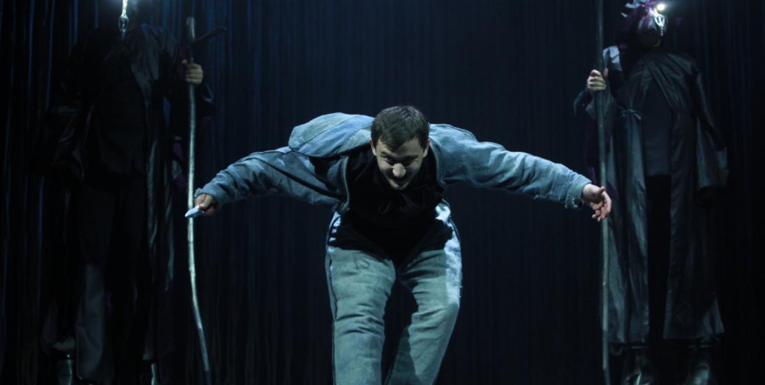 Performansın yönetmenliğini Adgur Akayüba yapmaktadır. Fotoğrafta: oyuncu Osman Abuhba – Tybalt rolünde