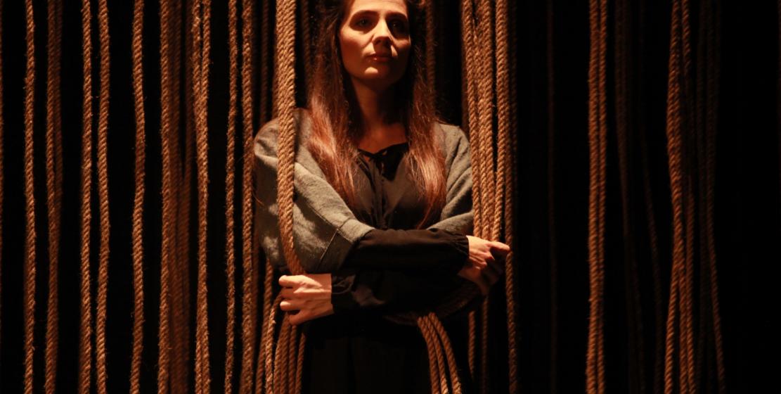 Fotoğrafta: oyuncu Gunda Ajiba, Signora Capulet rolünde